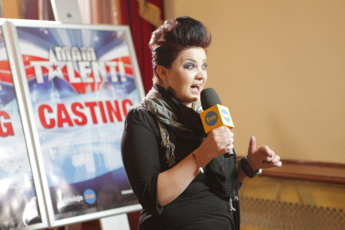 Marta Podulka śpiewa przed redakcją mamtalent.tvn.pl